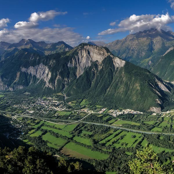 View down to the valley from Villard Reculas balcony road