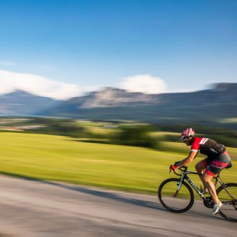 Cyclists cycling fast with blurred background in Austria (credit © TVB Mondsee-Irrsee_Valentin Weinhäupl)