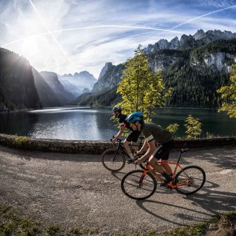 Cyclists cycling by a lake in Austria ©Foto WOM Medien GMBH Andreas Meyer